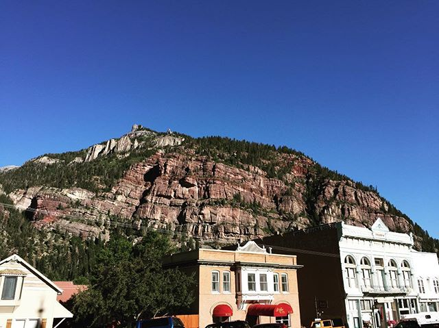 Definitely not a bad view to wake up to every morning. I wonder if the locals ever get tired of it?  #ouray #colorado #morningview