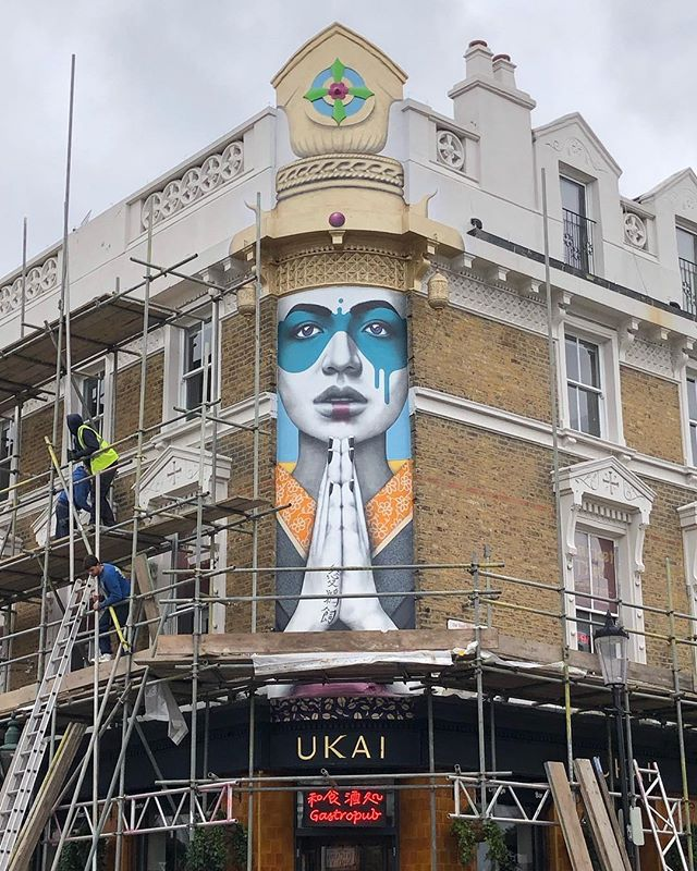 We got back to portobello road to see her in the daylight today. Very cloudy daylight, but lighter than last night!